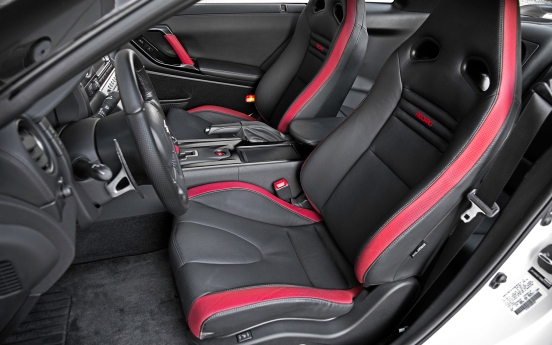 2013-Nissan-GT-R-Black-Edition-seats